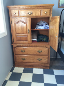 Queen bedroom dressers and headboard set.