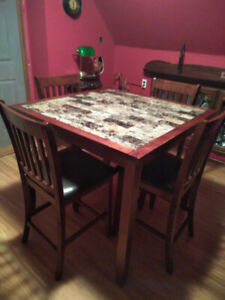 Pub style table with 4 chairs. Excellent Condition.