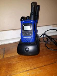 2 MOTOROLLA WALKIE TALKIES WITH CHARGER