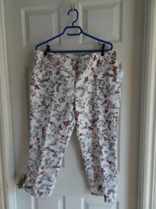 NEUF - Pantacourt / capri blanc à motif floral - Taille 12P