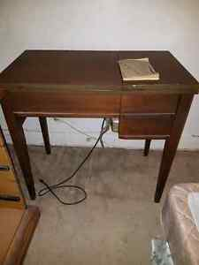 Vintage Viking sewing machine and table. / machine a coudre