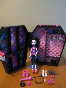 MONSTER HIGH DOLL DRACULAURAS COFFIN LOCKER PLAYSET WITH DOLL