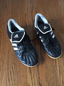 Indoor soccer shoes size 5 Kitchener / Waterloo Kitchener Area image 1