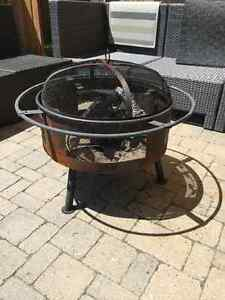 Round outdoor fire pit with spark screen