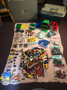 MEGA Lot de Legos. 65+ figurines. 31+ lbs. 22 plaques, etc