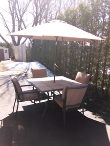 Set patio 4 chaise empilable coussin table parasol socle