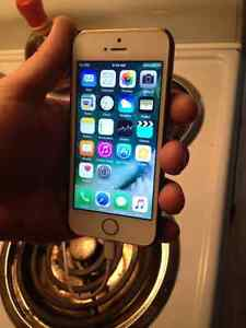 IPhone 5S, 32gb, Bell/Virgin. With Charge Cord + Charge Brick