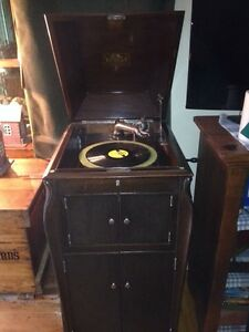 Antique Victrola Phonogragh