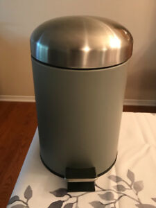 Mini garbage can