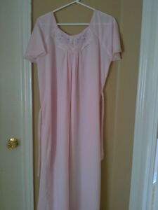 Women's light pink floral embroidered night sleepwear gown Small London Ontario image 4