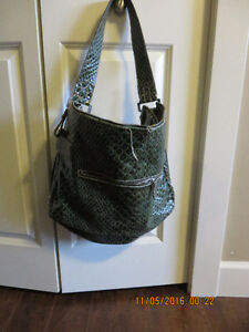 guess bag green  color in excellent condition