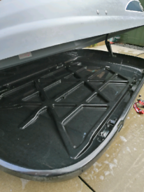 Roof box with fittings and key