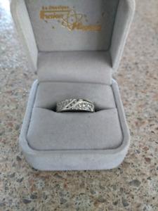 Bague or blanc 10k avec 3 diamants