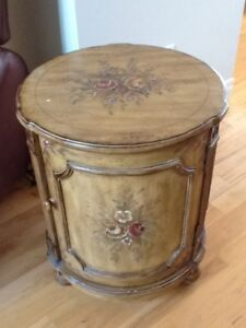 Pretty side table / Belle table d'appoint