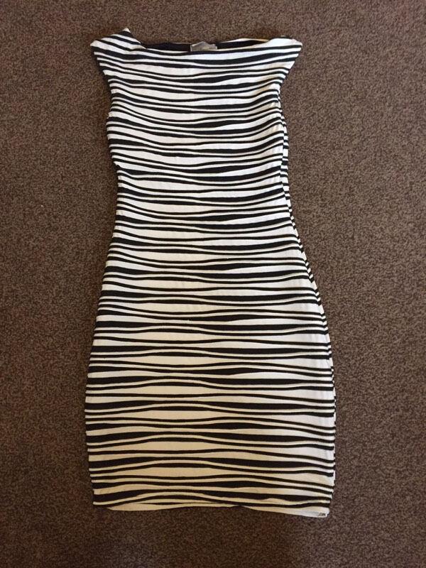 Lipsy Dress size 10 very flatteringin Poole, DorsetGumtree - Ladies size 10 Lipsy dress Black and white and very flatteringPet and smoke free home