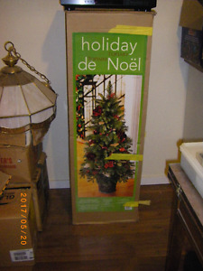 NEW DECORATED CHRISTMAS TREE BOXES OF CHRISTMAS DECORATION LITES