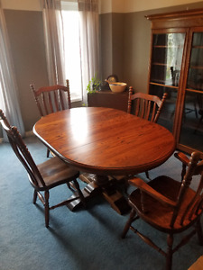 Solid Oak Dining Table and Chairs (4) in Perfect Condition