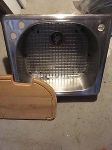 Evier en stainless avec grille de fonds et planche en bois