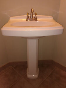 Pedestal Sink & Leg in White and faucet