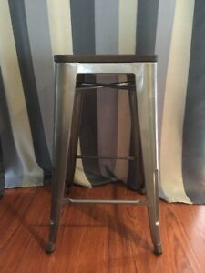 2 tabourets chic industriel (en métal avec assise en bois)