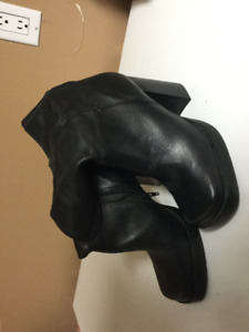 Women's size 8 dress boots and shoe bag