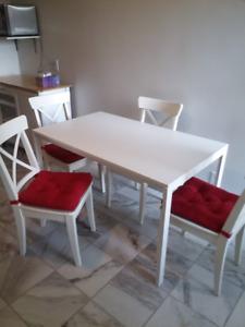 Table salle à diner Ikea avec 4 chaises