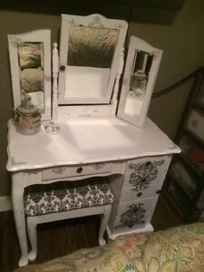 Vanity/make up Table and Stool