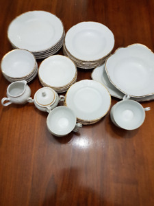 6 Piece Setting Gold & White Dinner Plates