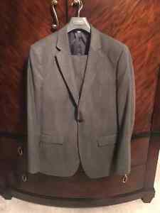 Like New Men's 2 button Suits - Banana Republic London Ontario image 4