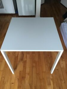 Table en bois blanche / white wooden table. IKEA ''MELLTORP''