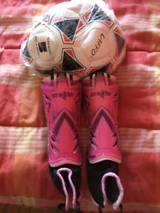 Protège tibias fille et ballon de soccer