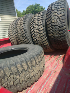 $500 (6) 285 75/r17 old mtr style tires
