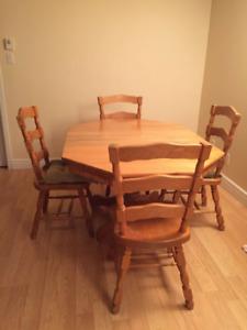 Set de cuisine: table en orme, 4 chaises