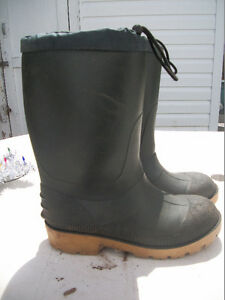 RUBBER BOOTS    YOUTHS AND ADULTS  $7 TO $10