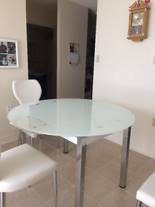 Nearly Brand new Table and 4 Chairs