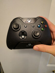 Xbox One Wireless controller with stand Gatineau Ottawa / Gatineau Area image 1