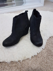 Ladies Leather Kenneth Cole booties - size 6 (like new)