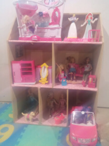 Barbie house with 11 Barbies