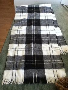 3 foulard un beige,brun un noir,blanc et l'autre bleue