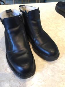 A vendre bottes d'hiver noir grandeur 10  pour hommes