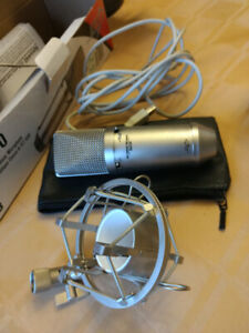 Apex 440 microphone with holder and cable