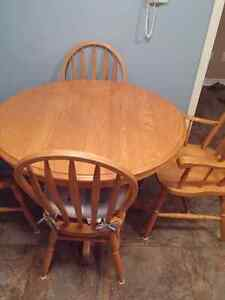 Oak table and 4 chairs mint condition