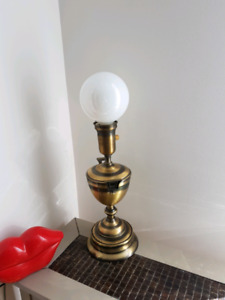 Lampe de table en métal/ Metal table lamp