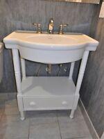 Meuble-lavabo et robinet