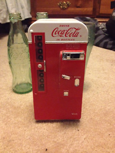 Coca-Cola Musical Coin bank 1994, 2 glass bottles, 1 plastic cup