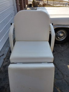 SILOUET TONE WHITE VINYL COSMETICIAN CHAIR