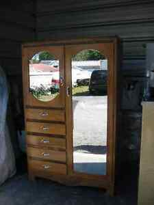 Commode en bois avec miroirs //Wooden door chest with mirrors