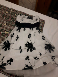 Strapless tule dress with black sash. Size: S
