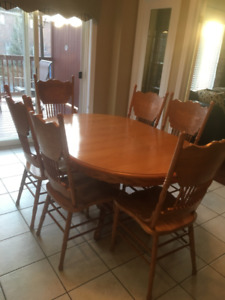 pristine solid oak pedestal table and 6 chairs