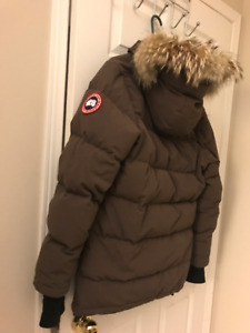 Woman's Canada goose jacket $320 : Brown, M size